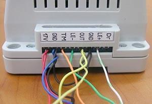 Крепление кабеля к видеодомофону