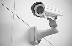 Муляж камеры на стене здания