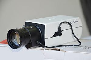Камера с длиннофокусным объективом